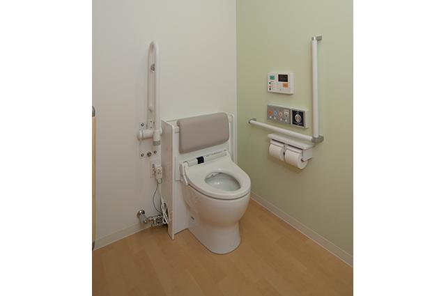 いつものように普通におしっこをするだけで尿流率と尿量を測定できる尿流量測定装置を完備しています。車いす対応トイレです。