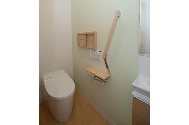 検尿窓口もついた女性用トイレです。常に清潔な状態に保っています。